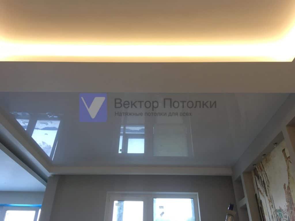 глянцевый натяжной потолок в гостинной