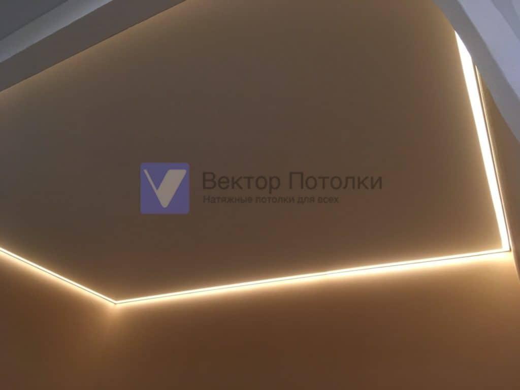 контурный натяжной потолок с подсветкой