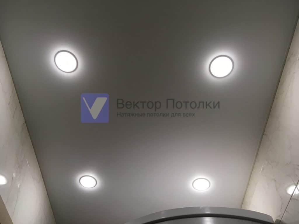 белый натяжной потолок в ванну
