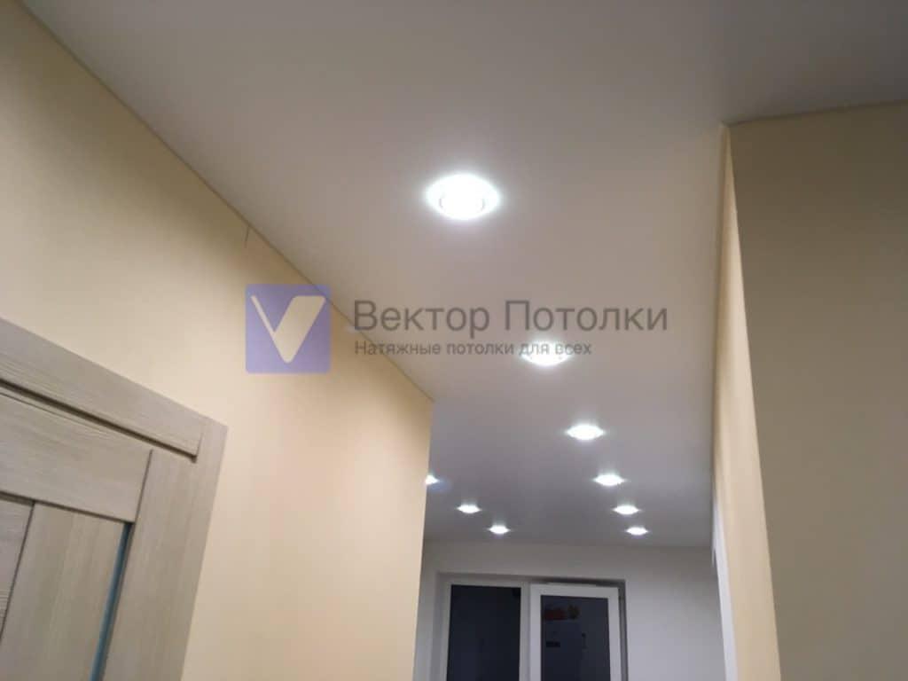 натяжной потолок со светильниками в студию