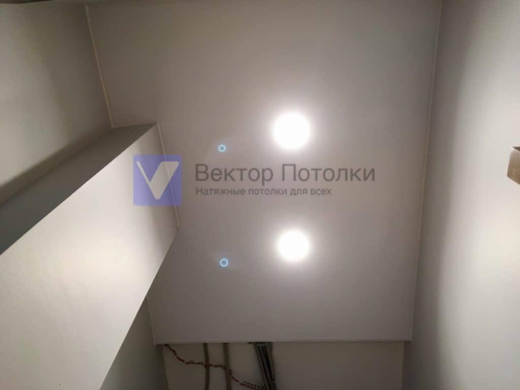 белый матовый потолок со светильниками в сан узле
