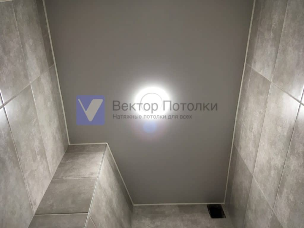 белый матовый потолок со светильниками в ванной