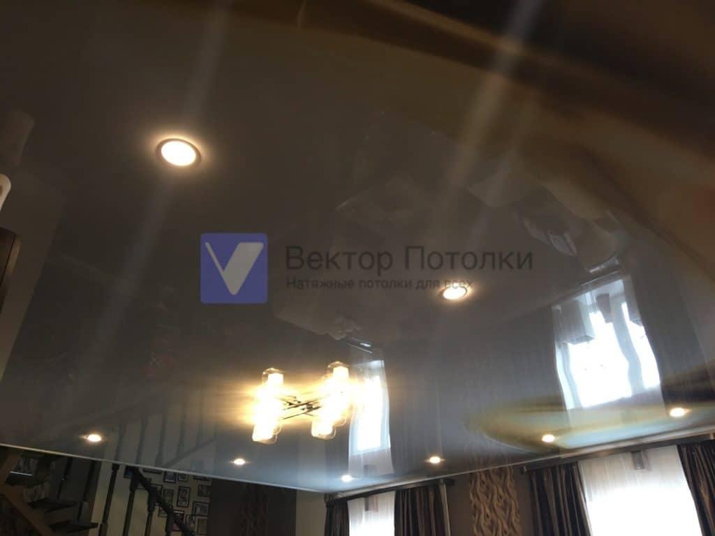 глянцевый натяжной потолок с фотопечатью площадью , встраиваемые светильники,люстра.