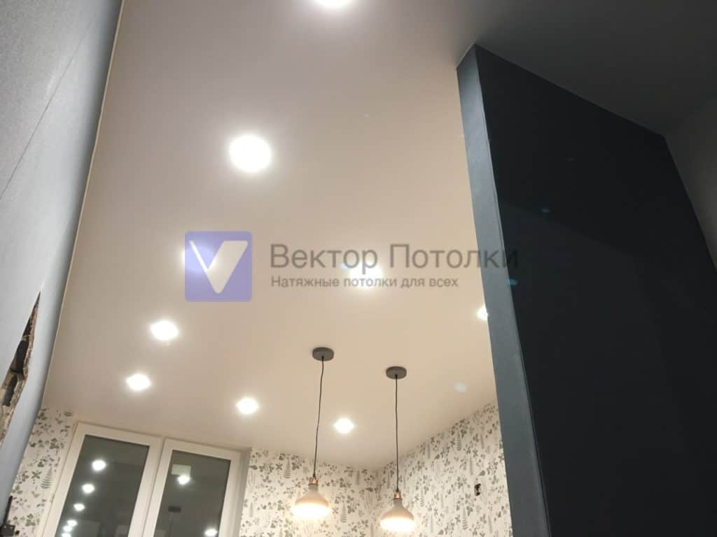 белый натяжной потолок на кухне со светильниками