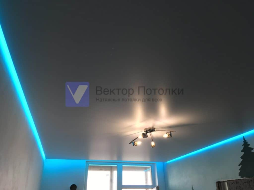 парящий натяжной потолок в комнате с люстрой