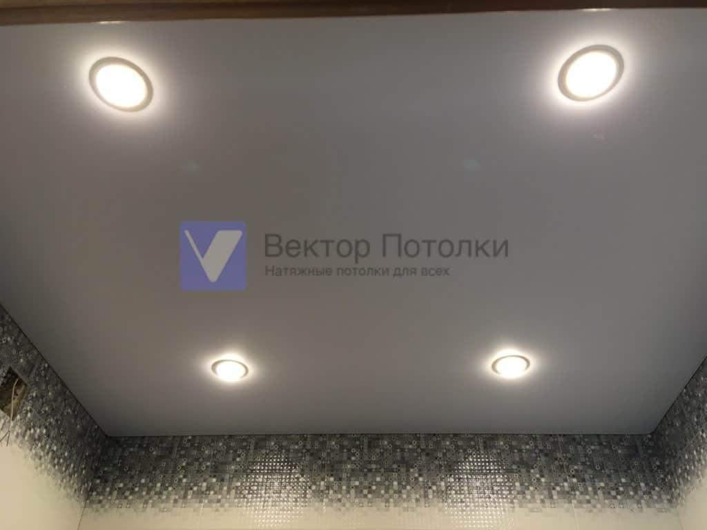 серый сатиновый натяжной потолок со светильниками в санузле