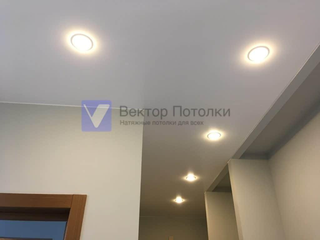 белый сатиновый натяжной потолок со светильниками в коридоре