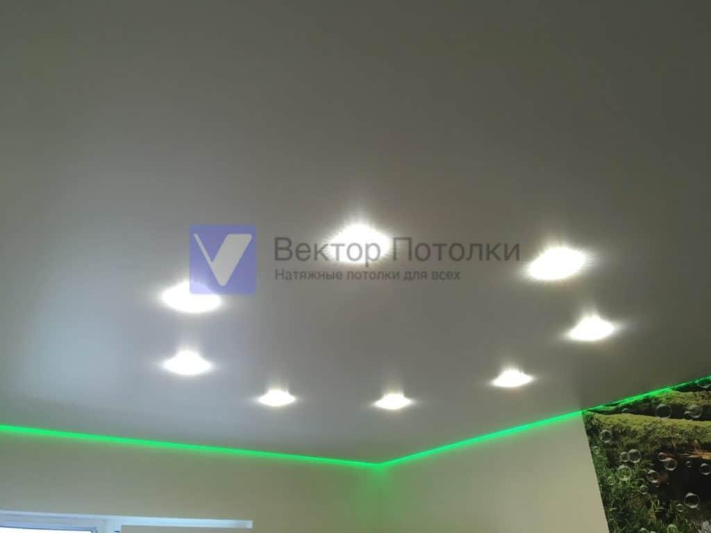 парящий натяжной потолок со светильниками