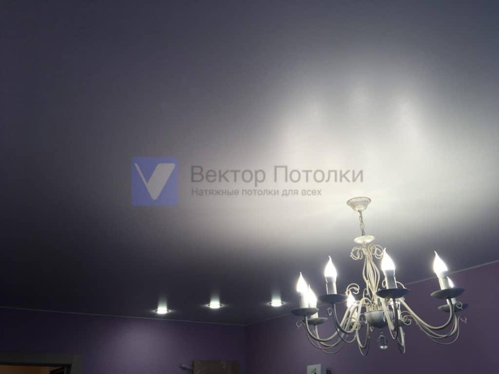 люстра и светильники на натяжном потолке