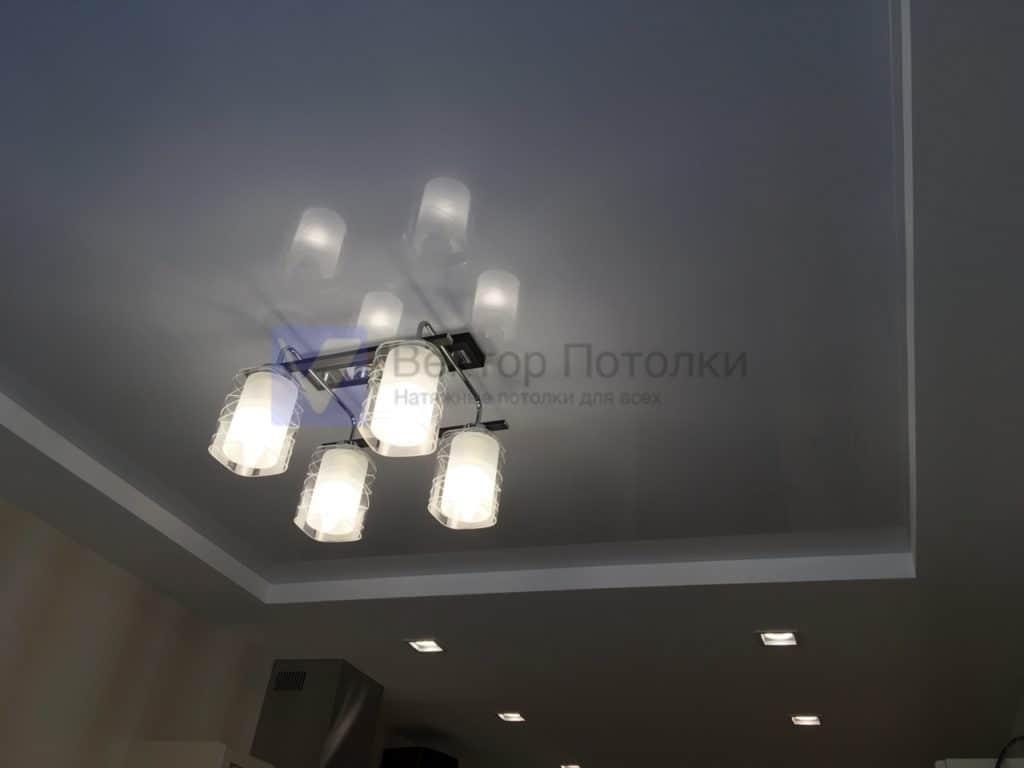 белый глянцевый натяжной потолок с люстрой на кухне