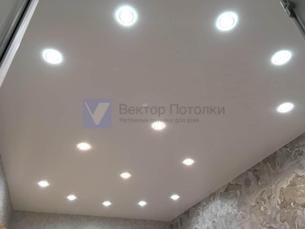 матовый натяжной потолок со светильниками в детской