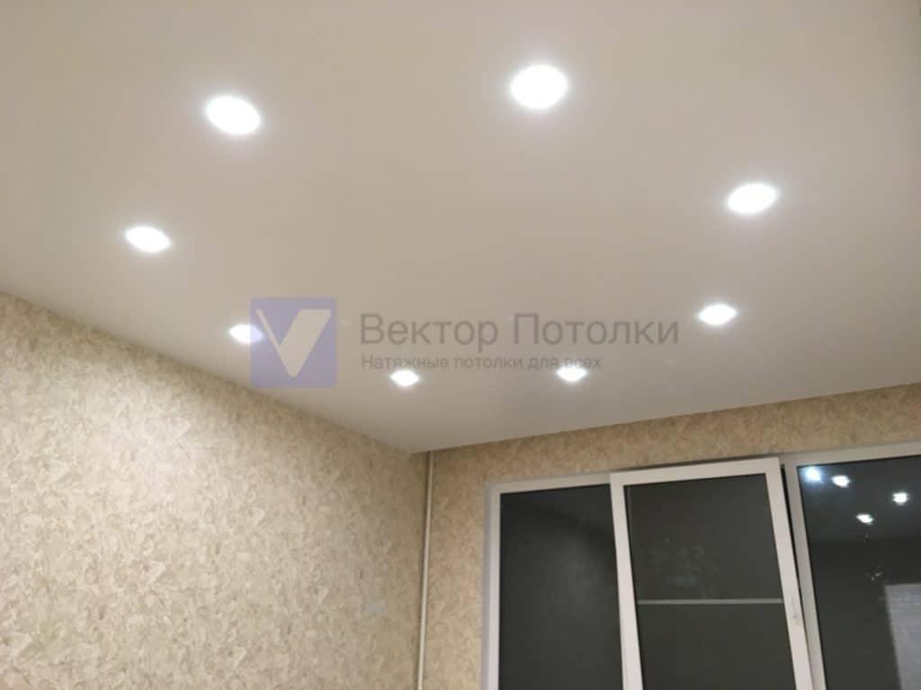 матовый натяжной потолок со светильниками в спальне