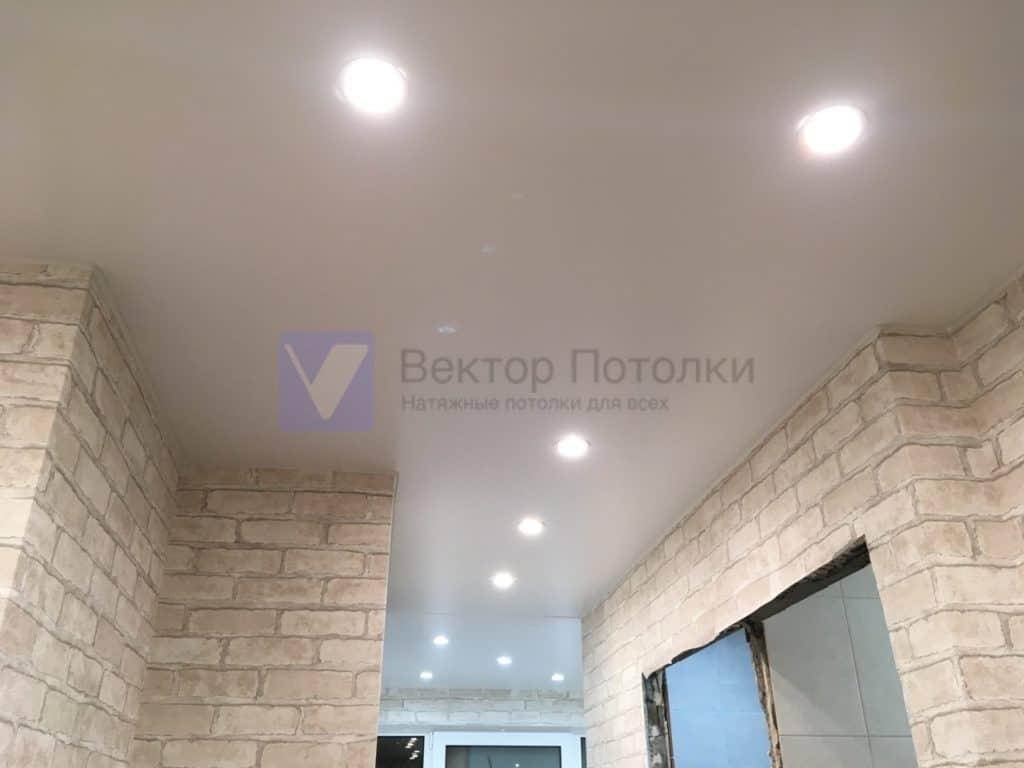 матовый натяжной потолок со светильниками в коридоре