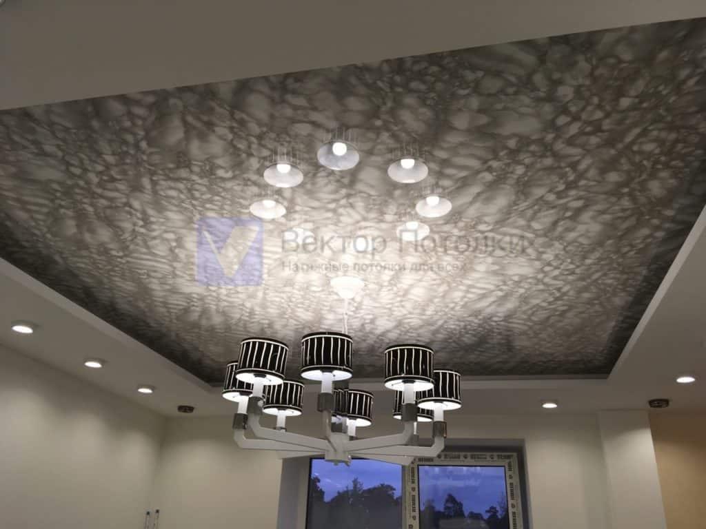 натяжной потолок под мрамор с люстрой в гостинной