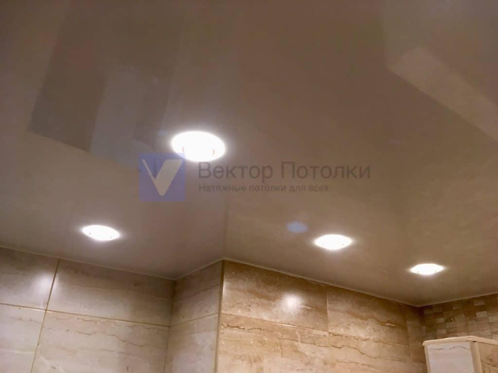 белый лаковый потолок со светильниками в ванной