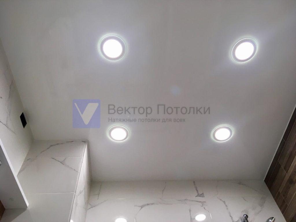 белый глянцевый натяжной потолок со светильниками в ванной