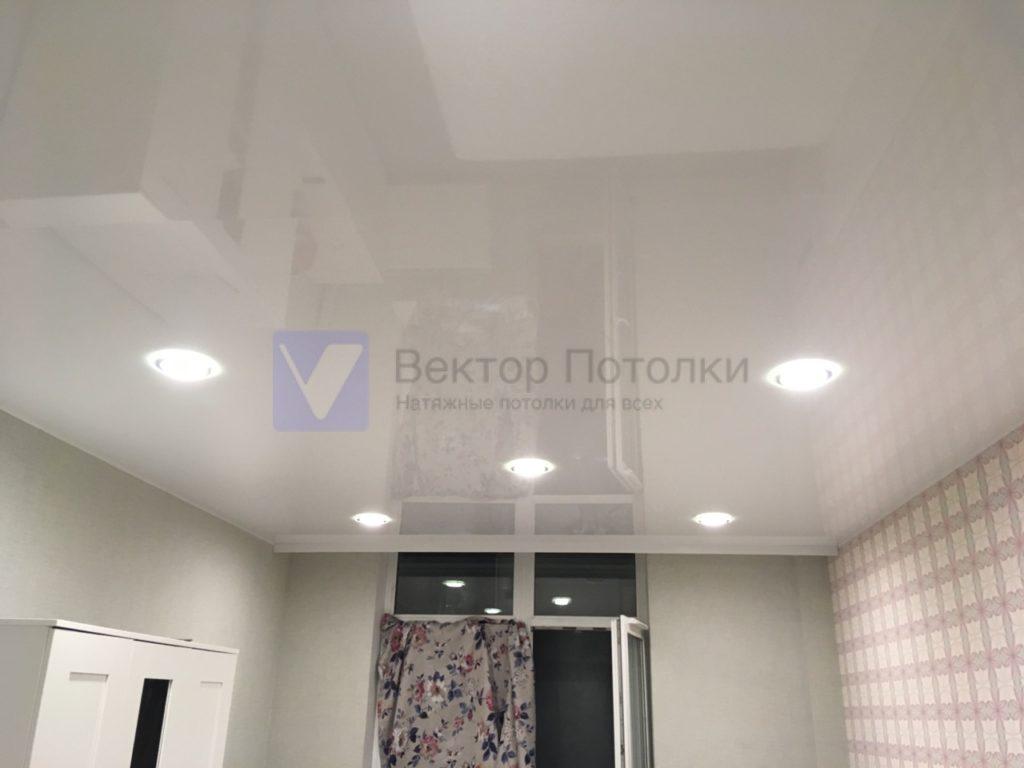 многоуровневый белый глянцевый натяжной потолок со светильниками в студии
