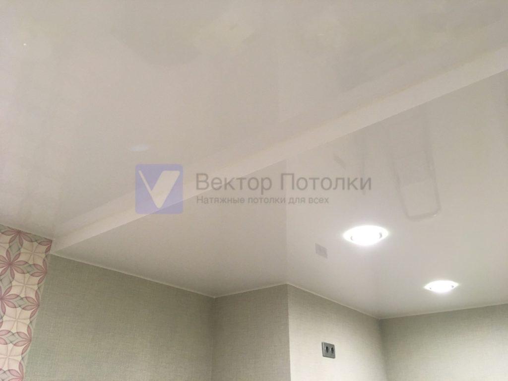 многоуровневый белый глянцевый натяжной потолок в студии